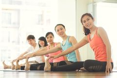 La yoga de las mujeres jovenes dentro guarda calma y medita mientras que practica yoga para explorar la paz interna Foto de archivo libre de regalías