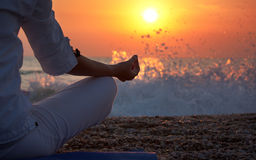 La yoga detalla la mano de la mujer Foto de archivo