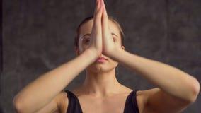 La yoga ejercita detalladamente y primer, clases en casa La muchacha en el tema corto hace estirar y la inclinación metrajes