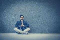 La yoga es buena para relajarse después de trabajo imagen de archivo