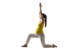 La yoga para mamá-a-es, Virabhadrasana 1 Imagen de archivo libre de regalías