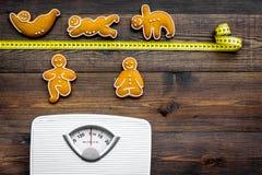 La yoga para pierde el peso Escala, cinta métrica y galletas en la forma de los asans de la yoga en la opinión superior del fondo Fotos de archivo libres de regalías