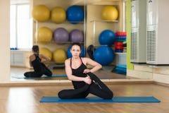 La yoga practicante de la mujer adelante dobla actitud Fotos de archivo libres de regalías