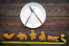 La yoga y la dieta sana para pierden el peso Placa y galletas en la forma de los asans de la yoga en la opinión superior del fond Imagenes de archivo