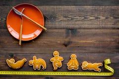 La yoga y la dieta sana para pierden el peso Placa y galletas en la forma de los asans de la yoga en la opinión superior del fond Fotos de archivo libres de regalías