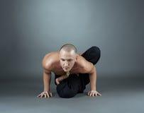 La yogui realiza asana Tiro del estudio, en el contexto gris Fotos de archivo