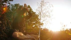 La yogui ruega en puesta del sol almacen de metraje de vídeo