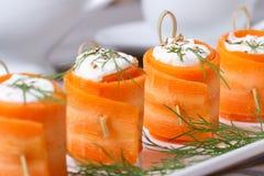 La zanahoria útil del aperitivo rueda con el primer del queso Fotografía de archivo libre de regalías