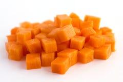 La zanahoria tajó cuidadosamente en los cubos fotos de archivo libres de regalías