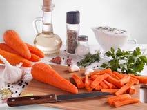 La zanahoria tajó en un palillo con un tablero de la especia Imágenes de archivo libres de regalías