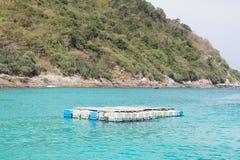 la zattera di plastica del galleggiante del mare e della corda sul mare ondeggia Immagine Stock