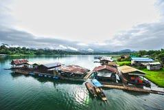 La zattera sul fiume in Sangkhlaburi HDR immagini stock