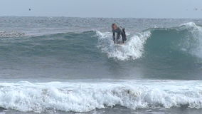 La Zelanda Hunter Surfing Wave in California video d archivio