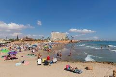 La Zenia Spain avec des touristes et des visiteurs sur le beau soleil de plage sablonneuse en octobre photos libres de droits
