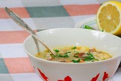 La zolla con minestra ed il limone Immagini Stock Libere da Diritti