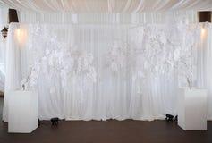 La zona blanca se adorna para los recienes casados en el banquete de boda Imágenes de archivo libres de regalías