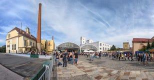 La zona comercial de la ciudad vieja tiró de un ángulo bajo Foto de archivo