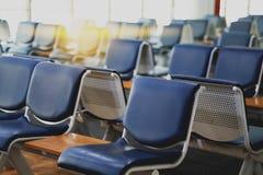 La zona de espera vacía del terminal de aeropuerto con las sillas gandulea con el asiento Imagenes de archivo
