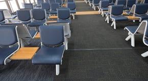 La zona de espera vacía del terminal de aeropuerto con las sillas gandulea con el asiento Fotos de archivo libres de regalías