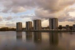 Edilizia economica e popolare, lago Southmere, Thamesmead, Regno Unito Fotografie Stock