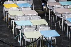 La zona del restaurante con las sillas plásticas coloridas y las tablas azules, amarillas, blancas en el pasillo de la alameda In Fotografía de archivo