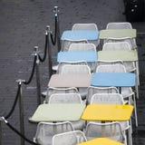 La zona del restaurante con las sillas plásticas coloridas y las tablas azules, amarillas, blancas en el pasillo de la alameda In Foto de archivo libre de regalías
