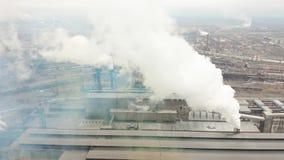 La zona industrial con un humo blanco grueso grande del tubo rojo y blanco se vierte del tubo de la fábrica Contaminación del almacen de metraje de vídeo