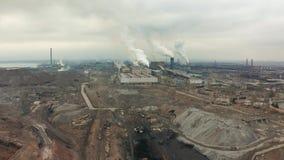 La zona industrial con un humo blanco grueso grande del tubo rojo y blanco se vierte del tubo de la fábrica Contaminación del almacen de video