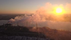 La zona industrial con un humo blanco grueso grande del tubo rojo y blanco se vierte del tubo de la fábrica en contraste con el s metrajes
