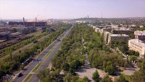 La zona industrial del panorama, camino con varios carriles, las pistas ferroviarias parquea el área, área el dormir metrajes