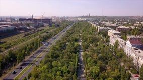 La zona industrial del panorama, camino con varios carriles, las pistas ferroviarias parquea el área, área el dormir almacen de metraje de vídeo