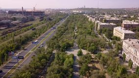 La zona industrial del panorama, camino con varios carriles, las pistas ferroviarias parquea el área, área el dormir almacen de video