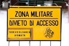 La zona militare firma fuori da una base italiana militare Fotografia Stock Libera da Diritti