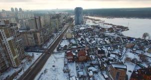 La zona residenziale con i grattacieli nevica e strada con poco traffico archivi video