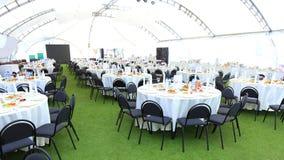 La zone d'accueil élégante de mariage, préparent pour des invités la partie nuptiale Groupe riche de table de fleurs Photographie stock