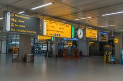 La zone d'arrivées vide avec l'information signe à l'aéroport de Schiphol Photos libres de droits