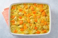 La zucca al forno con il pollo e la salsa crema in una cottura si formano Fotografie Stock Libere da Diritti