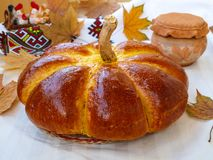 La zucca casalinga ha modellato il pane situato su un fondo bianco fotografia stock libera da diritti