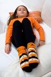 la zucca di Halloween della ragazza colpisce con forza il sofà Fotografia Stock Libera da Diritti
