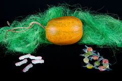 La zucca ed i denti arancio modellano, caramelle rotonde sul nero Fotografie Stock Libere da Diritti