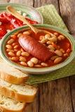 La zuppa di fagioli deliziosa del pasulj con la salsiccia è servito con pepp marinato immagine stock libera da diritti