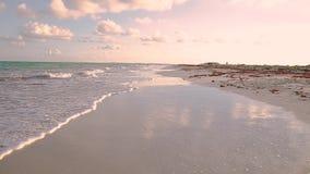 Laag die POV van een tropisch strand op Isla Blanca, Mexico bij zonsondergang wordt geschoten stock videobeelden
