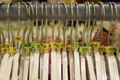 Laag-hangers stock foto