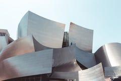 Laag-hoek van Walt Disney Concert Hall tegen hemel royalty-vrije stock foto