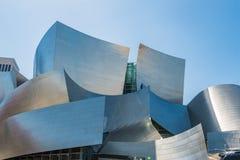 Laag-hoek van Walt Disney Concert Hall tegen hemel stock afbeelding