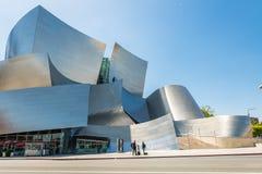 Laag-hoek van Walt Disney Concert Hall tegen hemel stock fotografie