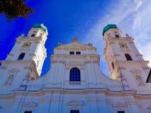 Laag-hoekmening van St Stephen Kathedraal, Passau, Duitsland stock foto's
