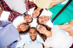 Laag hoekportret van zes internationale studenten met het richten sm royalty-vrije stock afbeelding