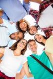 Laag hoekschot van zes internationale studenten met toothy glimlachen, royalty-vrije stock fotografie