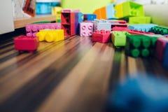 Laag Hoekweergeven bij de Kubusbaksteenconstructie Toy On The Floor royalty-vrije stock foto's